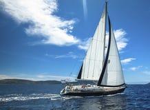 ναυσιπλοΐα Βάρκα στο regatta ναυσιπλοΐας Σειρές των γιοτ πολυτέλειας στην αποβάθρα μαρινών Στοκ εικόνες με δικαίωμα ελεύθερης χρήσης