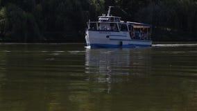 Ναυσιπλοΐα βαρκών στη λίμνη απόθεμα βίντεο