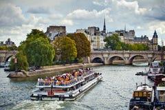 Ναυσιπλοΐα βαρκών Toursit στον ποταμό του Σηκουάνα στο Παρίσι, Γαλλία Στοκ Φωτογραφία
