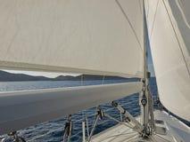 Ναυσιπλοΐα γύρω από τα νησιά Στοκ εικόνες με δικαίωμα ελεύθερης χρήσης