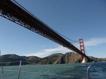 Ναυσιπλοΐα κάτω από τη χρυσή γέφυρα πυλών στοκ φωτογραφία με δικαίωμα ελεύθερης χρήσης