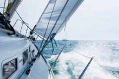 Ναυσιπλοΐα με τα κύματα Στοκ εικόνα με δικαίωμα ελεύθερης χρήσης