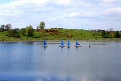 Ναυσιπλοΐα με τα μπλε νερά Στοκ Φωτογραφίες