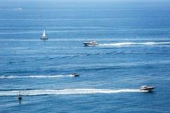 Ναυσιπλοΐα ομάδας των γιοτ πολυτέλειας στη Μεσόγειο κοντά στα γαλλικά Στοκ φωτογραφία με δικαίωμα ελεύθερης χρήσης