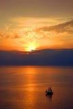 Ναυσιπλοΐα στο ηλιοβασίλεμα σε Santorini Ελλάδα Στοκ Εικόνες