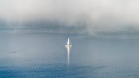 Ναυσιπλοΐα το misty πρωί στοκ εικόνες με δικαίωμα ελεύθερης χρήσης
