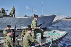 Ναυτικά σε μια βάρκα που προετοιμάζεται στη μείωση Στοκ Εικόνες
