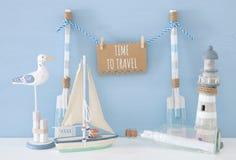 ναυτική έννοια με την ένωση της σημείωσης για μια σειρά δίπλα στο φάρο, τη βάρκα, την επιστολή στο μπουκάλι και seagull πέρα από  Στοκ εικόνες με δικαίωμα ελεύθερης χρήσης