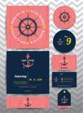 Ναυτική γαμήλια πρόσκληση και πρότυπο καρτών RSVP που τίθεται στο ρόδινο ξύλινο υπόβαθρο Στοκ Εικόνες