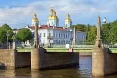 Ναυτικοί καθεδρικός ναός του Άγιου Βασίλη και γέφυρα Pikalov στη Αγία Πετρούπολη στοκ εικόνα