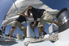 Ναυτικοί που ενεργοποιούν το βαρούλκο στο γιοτ Στοκ εικόνες με δικαίωμα ελεύθερης χρήσης