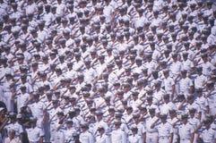 Ναυτικοί που χαιρετίζουν, τελετή βαθμολόγησης Ναυτικής Ακαδημίας, στις 26 Μαΐου 1999, Annapolis, Μέρυλαντ Στοκ Εικόνες