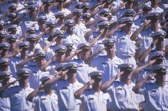 Ναυτικοί που χαιρετίζουν, τελετή βαθμολόγησης Ναυτικής Ακαδημίας, στις 26 Μαΐου 1999, Annapolis, Μέρυλαντ Στοκ Φωτογραφία