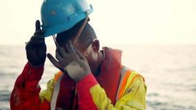 Ναυτικός αβ ή Bosun στο κατάστρωμα του σκάφους ή του πλοίου απόθεμα βίντεο