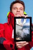 Ναυτικός ατόμων που παρουσιάζει βάρκα γιοτ στην ταμπλέτα. Ναυσιπλοΐα Στοκ φωτογραφία με δικαίωμα ελεύθερης χρήσης