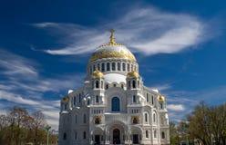 Ναυτικός καθεδρικός ναός Άγιου Βασίλη σε Kronstadt και το φάλαινα-όπως CL Στοκ Εικόνα