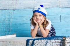 Ναυτικός μικρών κοριτσιών που εξετάζει τη κάμερα Στοκ Εικόνες