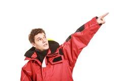 Ναυτικός νεαρών άνδρων στο κόκκινο σακάκι αέρα. Ναυσιπλοΐα. Στοκ εικόνες με δικαίωμα ελεύθερης χρήσης