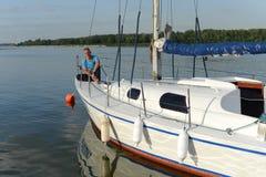 Ναυτικός σε ένα γιοτ Στοκ φωτογραφία με δικαίωμα ελεύθερης χρήσης