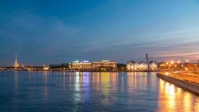 Ναυτικό σχολείο Nakhimov και ο Peter και το φρούριο του Paul, η άποψη από τη γέφυρα Liteyniy χωρίς ημέρα αυγής στη νύχτα φιλμ μικρού μήκους