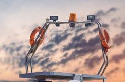 Ναυτικό φως και antena βαρκών ακτοφυλακής που ελλιμενίζονται στη μαρίνα Στοκ Εικόνες