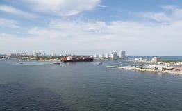 Ναυλωτής και Tugboats που αφήνουν το λιμάνι Στοκ Εικόνες