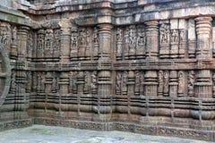 Ναός ήλιων Konark σε Odisha, Ινδία Erotism και προέλευση του kamasutra στο ινδικό γλυπτό Ερωτικό γλυπτό του ναού Konark στοκ εικόνα