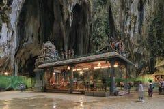 Ναός και τουρίστες μέσα στις σπηλιές Batu στη Κουάλα Λουμπούρ, Μαλαισία Οι σπηλιές Batu βρίσκονται ακριβώς βόρεια της Κουάλα Λουμ Στοκ φωτογραφία με δικαίωμα ελεύθερης χρήσης