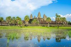 Ναός και φοίνικες Wat Angkor με την μπροστινή λίμνη Στοκ φωτογραφίες με δικαίωμα ελεύθερης χρήσης
