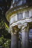 Ναός, στήλες ελληνικός-ύφους, κορινθιακά κεφάλαια σε ένα πάρκο στοκ εικόνες