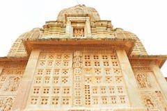 Ναός στο ογκώδεις οχυρό και τους λόγους Rajasthan Ινδία Chittorgarh Στοκ Εικόνες