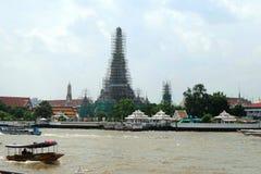 Ναός της αυγής από την πλευρά ποταμών Chaophraya κάτω από την ανακαίνιση Στοκ Φωτογραφίες