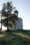 Ναός του ηλιόλουστου πρωινού μεσολάβηση--Nerl το φθινόπωρο στοκ εικόνα