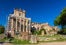 Ναός Antoninus και Faustina στο ρωμαϊκό φόρουμ, Ιταλία Στοκ εικόνες με δικαίωμα ελεύθερης χρήσης
