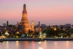 Ναός Arun ή ναός της αυγής, ο διασημότερος τόπος προορισμού τουριστών της Ταϊλάνδης Ναός αποκαλούμενου του αυγή ναού Arun, το δια Στοκ Φωτογραφίες