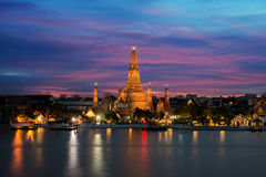 Ναός Arun Wat και ποταμός Chao Phraya τη νύχτα στη Μπανγκόκ, Thail Στοκ φωτογραφία με δικαίωμα ελεύθερης χρήσης