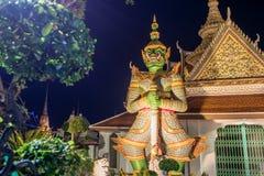 Ναός Arun Wat της Dawn του Buddhist ναού με τους φύλακες που προστατεύουν τις πύλες bangkok thailand στοκ φωτογραφία