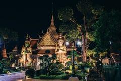 Ναός Arun Wat της Dawn του Buddhist ναού με τους φύλακες που προστατεύουν τις πύλες bangkok thailand στοκ εικόνα