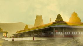 Ναός Balaji Tirupati με τη βροχή και την ομίχλη