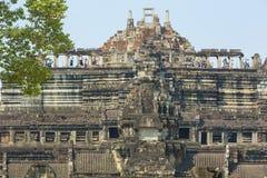 Ναός Baphuon με το σαφείς μπλε ουρανό και τους τουρίστες, Καμπότζη Στοκ φωτογραφία με δικαίωμα ελεύθερης χρήσης