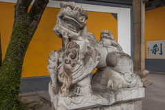 Ναός Jinshan, Zhenjiang, επαρχία Jiangsu, ένα ζευγάρι της δυναστείας Ming πριν από τα λιοντάρια Στοκ φωτογραφίες με δικαίωμα ελεύθερης χρήσης