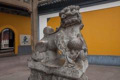 Ναός Jinshan, Zhenjiang, επαρχία Jiangsu, ένα ζευγάρι της δυναστείας Ming πριν από τα λιοντάρια Στοκ φωτογραφία με δικαίωμα ελεύθερης χρήσης