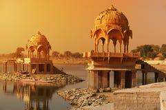 Ναός Sagar Gadi στη λίμνη Jaisalmer, Ινδία Gadisar στοκ εικόνες με δικαίωμα ελεύθερης χρήσης
