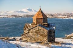 Ναός Sevanavank σύνθετος στη λίμνη Sevan στη χειμερινή ημέρα στοκ εικόνα με δικαίωμα ελεύθερης χρήσης