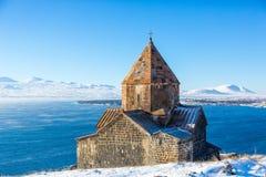 Ναός Sevanavank σύνθετος στη λίμνη Sevan στη χειμερινή ημέρα στοκ εικόνα