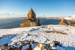 Ναός Sevanavank σύνθετος στη λίμνη Sevan στη χειμερινή ημέρα στοκ φωτογραφία με δικαίωμα ελεύθερης χρήσης