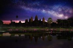 Ναός Wat Angkor με το γαλακτώδεις τρόπο και το αστέρι τη νύχτα Στοκ φωτογραφία με δικαίωμα ελεύθερης χρήσης