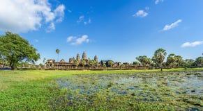 Ναός Wat Angkor στην ηλιόλουστη ημέρα Καμπότζη Στοκ εικόνα με δικαίωμα ελεύθερης χρήσης