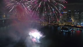 Να λάμψει ζωηρόχρωμη ελαφριά φωτεινή έκρηξη πυροτεχνημάτων που εκρήγνυται υπέροχα στο σκοτεινό νυχτερινό ουρανό πέρα από το Σαν Φ απόθεμα βίντεο