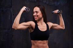 Να λάμψει όμορφη γυναίκα που εκτελεί την αθλητική άσκηση με το διπλάσιο Στοκ Φωτογραφία